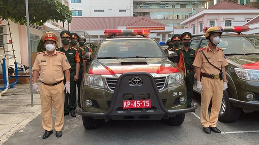 Armed forces open patrol to control Covid-19 pandemic in HCMC   ảnh 1
