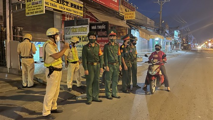 Armed forces open patrol to control Covid-19 pandemic in HCMC   ảnh 5