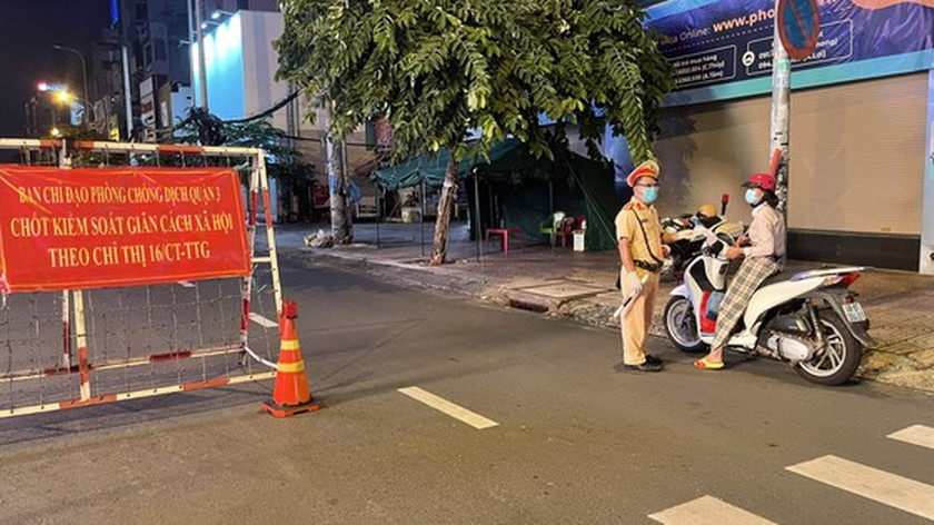 Armed forces open patrol to control Covid-19 pandemic in HCMC   ảnh 7