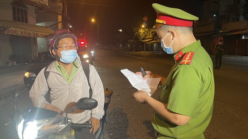 Armed forces open patrol to control Covid-19 pandemic in HCMC   ảnh 8