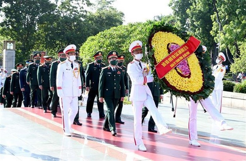 Party, State leaders pay tribute to heroic martyrs ảnh 1