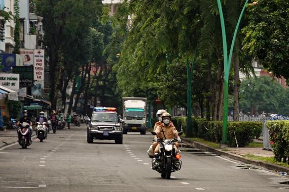 Traffic police handle over 1,000 violators on citywide social distancing order  ảnh 1