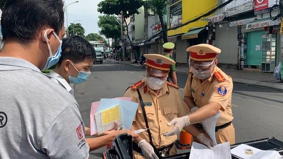 Traffic police handle over 1,000 violators on citywide social distancing order  ảnh 2
