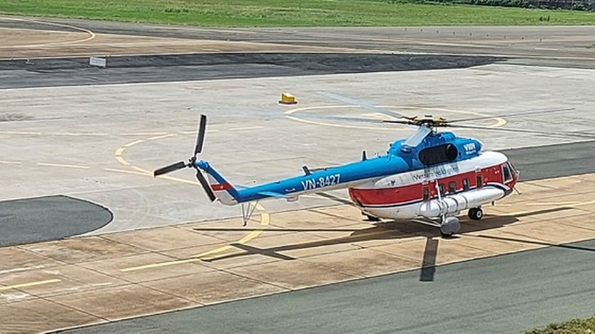 Helicopter transports Covid-19 vaccines to Con Dao Island ảnh 1