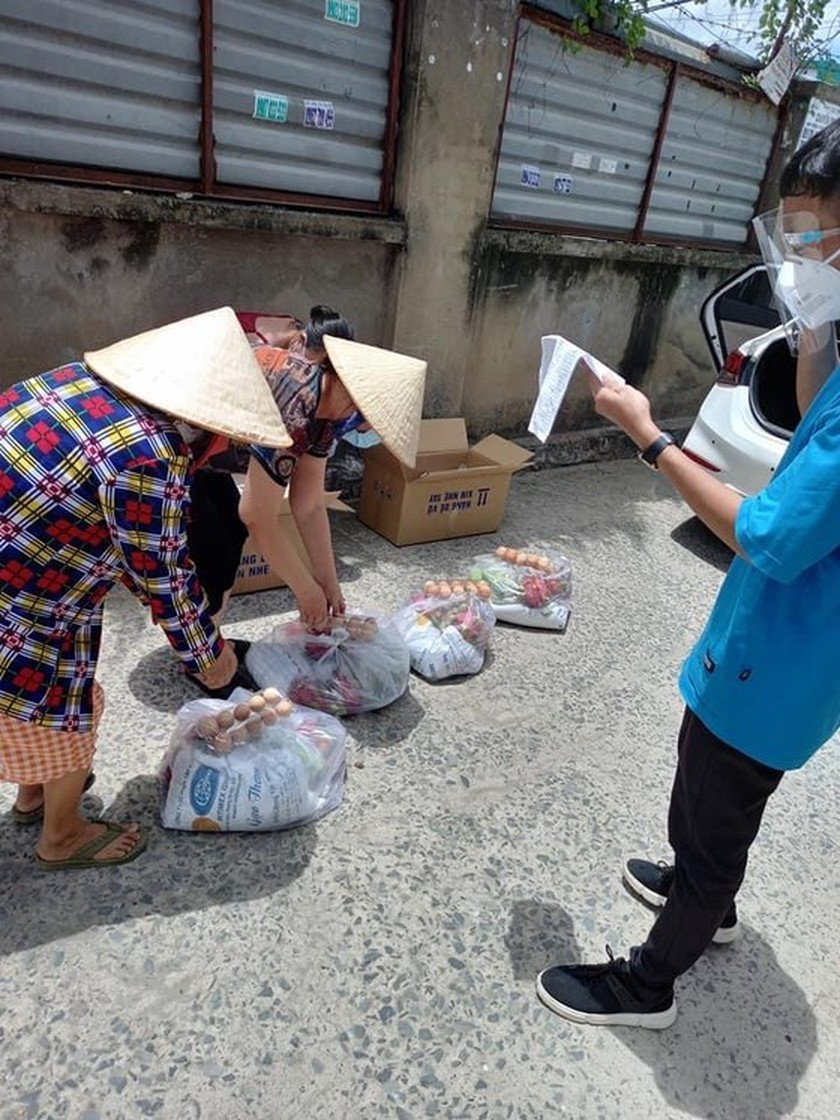 Eggs, dragon fruits, rice, chicken transported to rental houses in HCMC ảnh 5