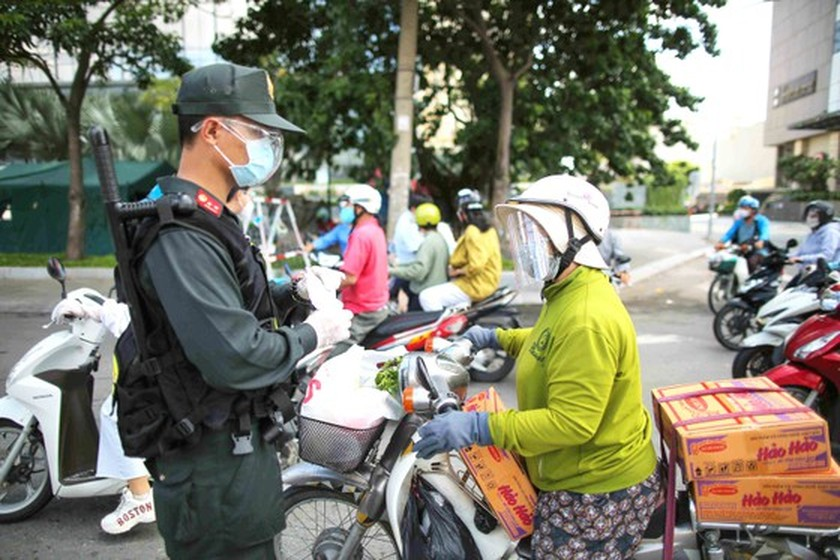 HCMC residents wholeheartedly joining hands in Covid-19 fight ảnh 7