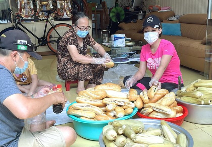 HCMC residents wholeheartedly joining hands in Covid-19 fight ảnh 2