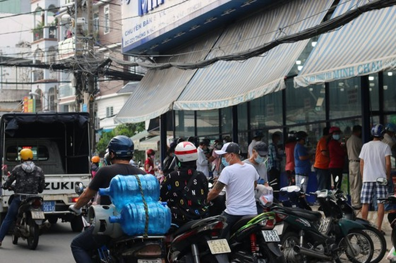 HCMC residents crowd supermarkets, pharmacies rushing to stockpile goods ảnh 2