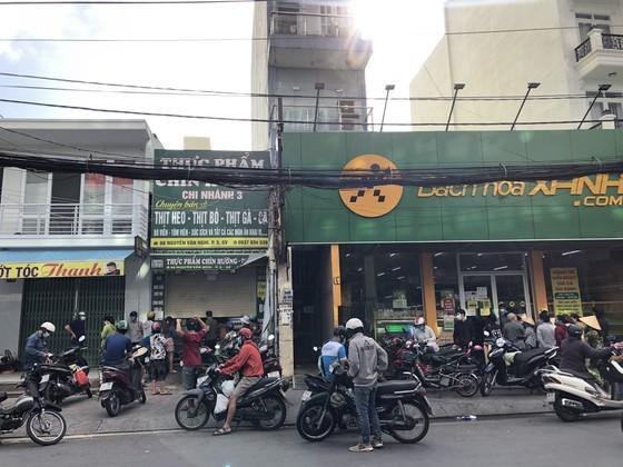 HCMC residents crowd supermarkets, pharmacies rushing to stockpile goods ảnh 1