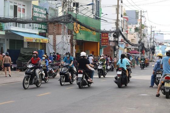 HCMC residents crowd supermarkets, pharmacies rushing to stockpile goods ảnh 3