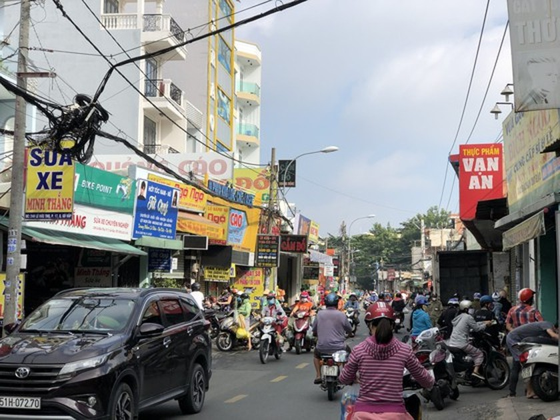 HCMC residents crowd supermarkets, pharmacies rushing to stockpile goods ảnh 4