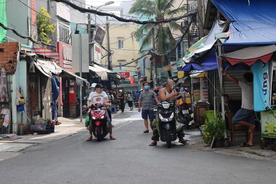 HCMC residents crowd supermarkets, pharmacies rushing to stockpile goods ảnh 5