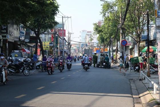 HCMC residents crowd supermarkets, pharmacies rushing to stockpile goods ảnh 8