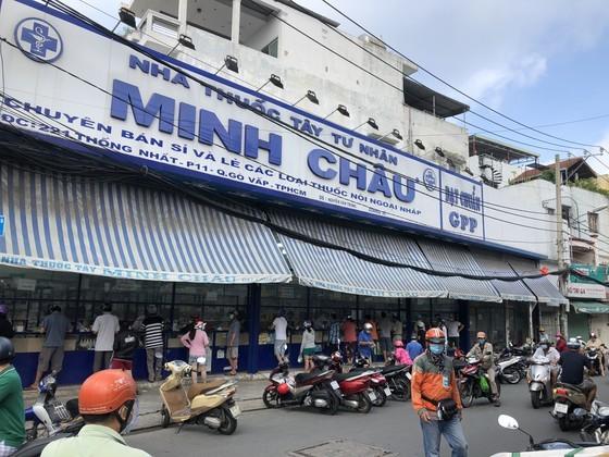 HCMC residents crowd supermarkets, pharmacies rushing to stockpile goods ảnh 7