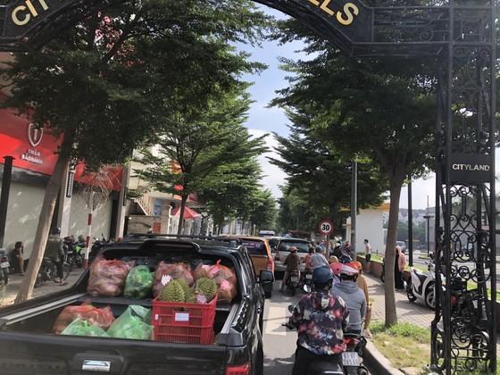 HCMC residents crowd supermarkets, pharmacies rushing to stockpile goods ảnh 9