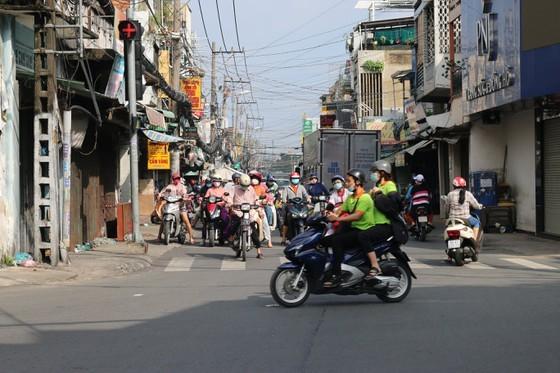 HCMC residents crowd supermarkets, pharmacies rushing to stockpile goods ảnh 10