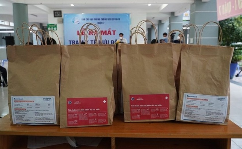 Medical bags support Covid-19 patients treated at home in HCMC ảnh 1