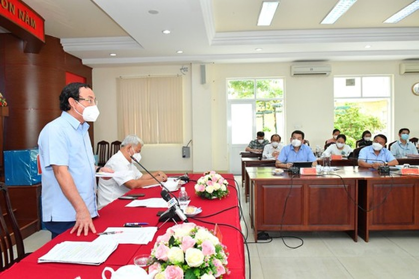HCMC residents prepare to live with Covid-19 under new-normal state ảnh 4