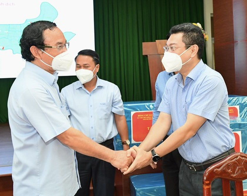 HCMC residents prepare to live with Covid-19 under new-normal state ảnh 7