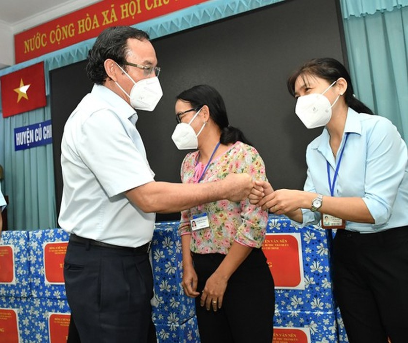 HCMC residents prepare to live with Covid-19 under new-normal state ảnh 11
