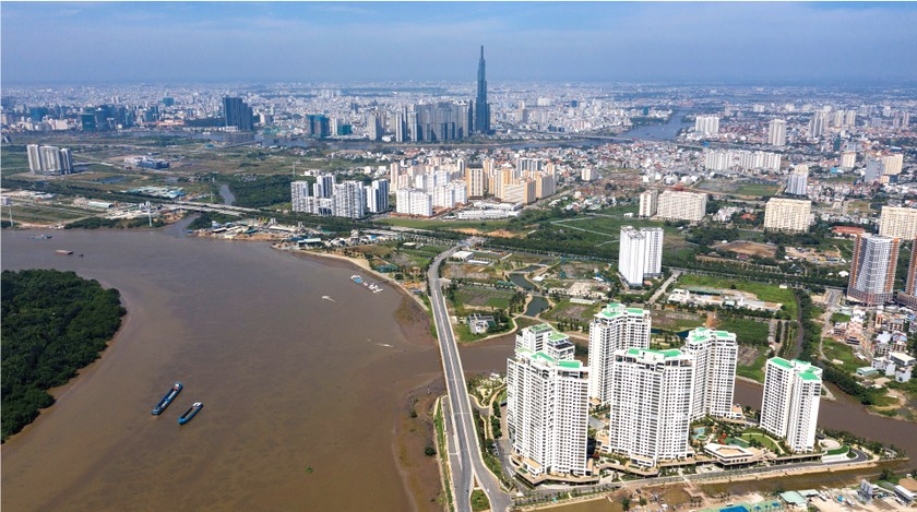HCMC residents prepare to live with Covid-19 under new-normal state ảnh 2