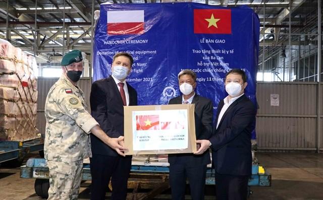 Vietnam received medical supplies from Poland ảnh 1