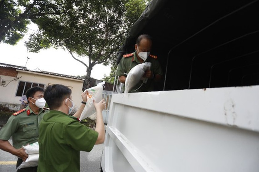 HCMC Police give gifts to Covid-19 hit people in Thu Duc City  ảnh 7