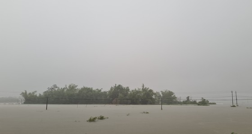 Storm-triggered flooding disrupts traffic in Central region  ảnh 1