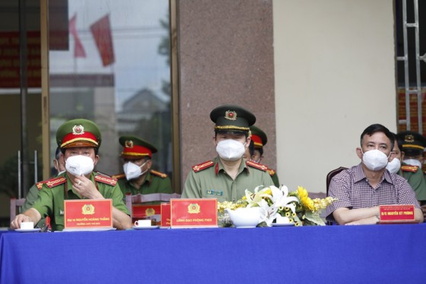 HCMC Police give gifts to Covid-19 hit people in Thu Duc City  ảnh 5