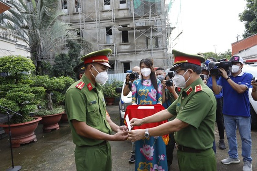 HCMC Police give gifts to Covid-19 hit people in Thu Duc City  ảnh 6