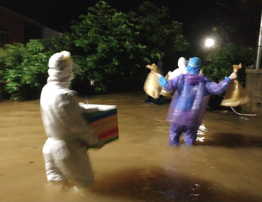 Storm-triggered flooding disrupts traffic in Central region  ảnh 7