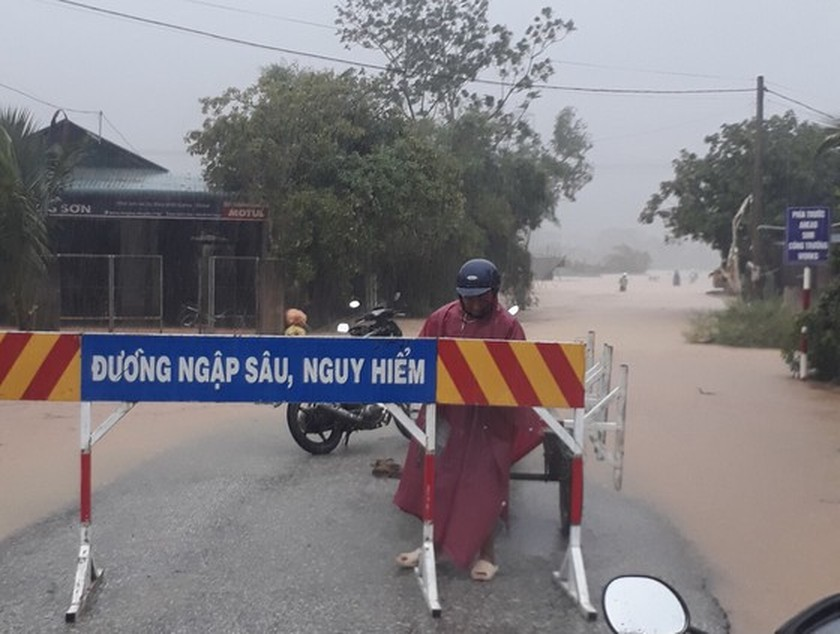 Storm-triggered flooding disrupts traffic in Central region  ảnh 4