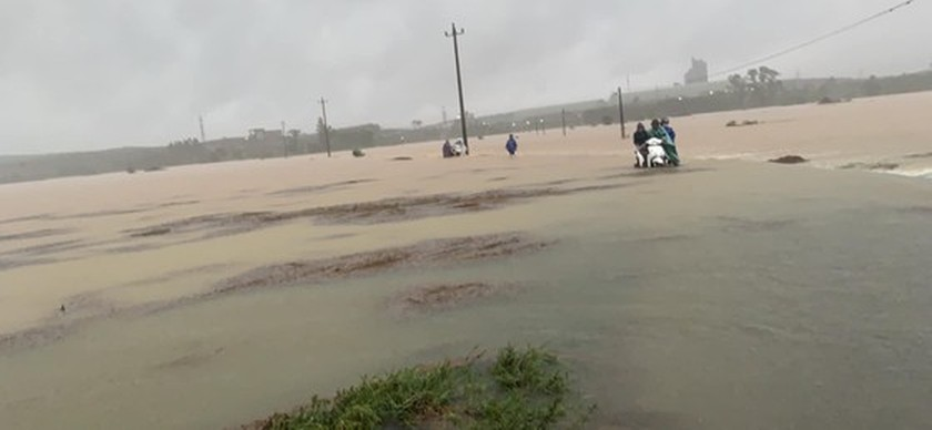 Storm-triggered flooding disrupts traffic in Central region  ảnh 6
