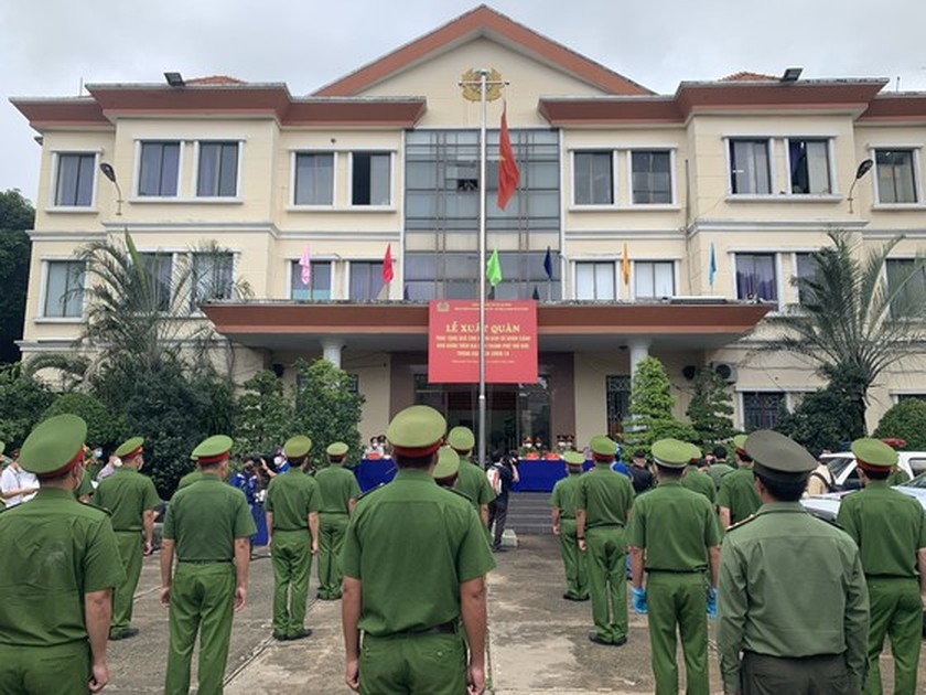 HCMC Police give gifts to Covid-19 hit people in Thu Duc City  ảnh 4
