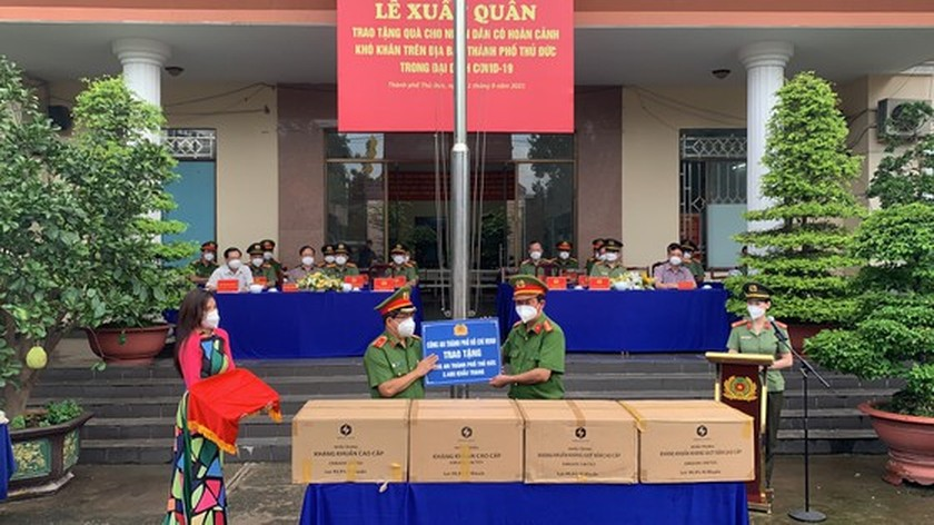 HCMC Police give gifts to Covid-19 hit people in Thu Duc City  ảnh 1