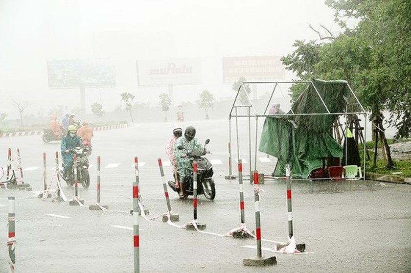 Storm-triggered flooding disrupts traffic in Central region  ảnh 10
