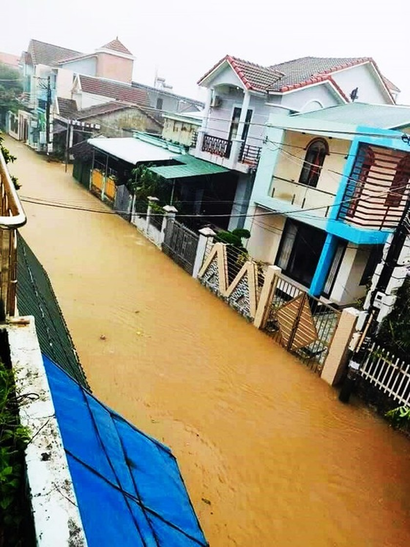 Conson brings power outages, flooding in Central region ảnh 1