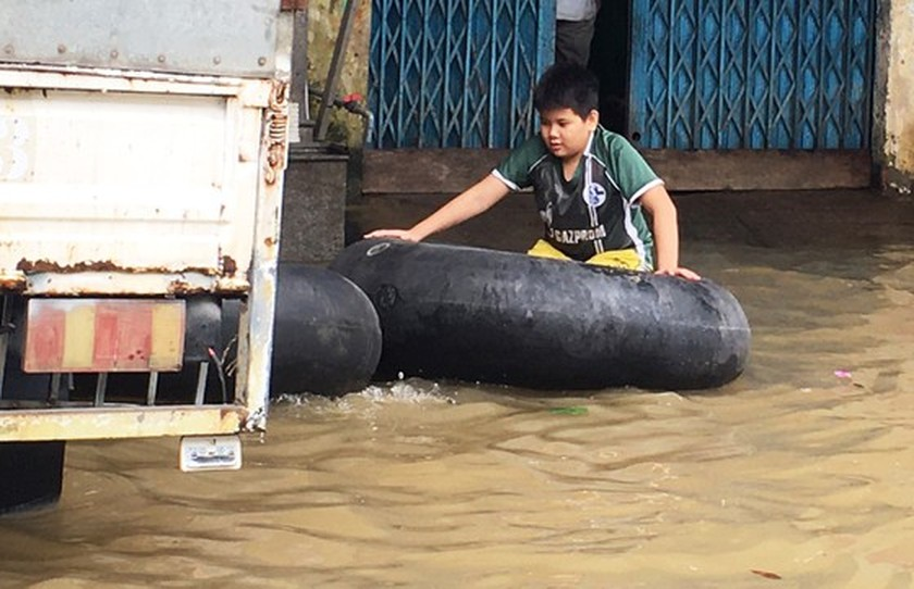 Conson brings power outages, flooding in Central region ảnh 2