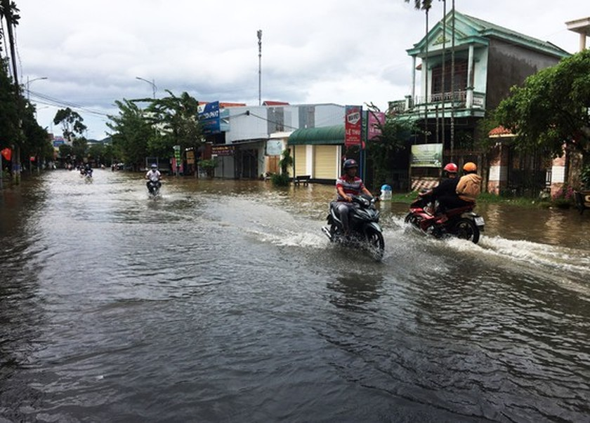 Conson brings power outages, flooding in Central region ảnh 3