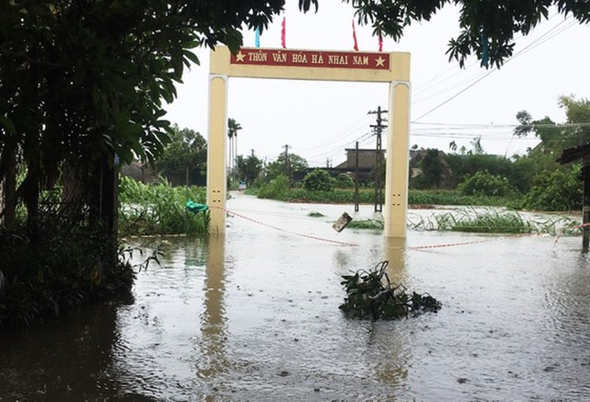 Conson brings power outages, flooding in Central region ảnh 4