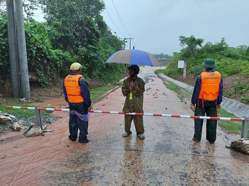 Conson brings power outages, flooding in Central region ảnh 6