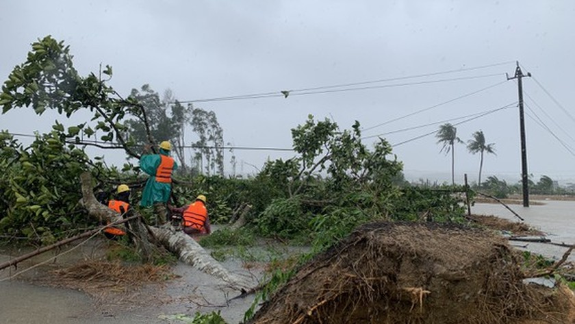 Conson brings power outages, flooding in Central region ảnh 9