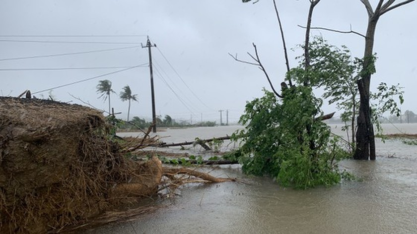 Conson brings power outages, flooding in Central region ảnh 12