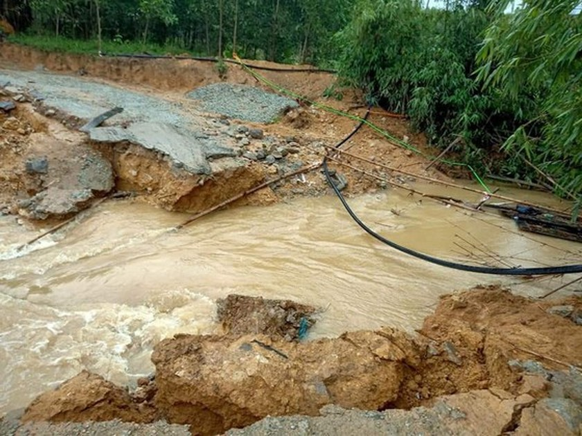 Conson brings power outages, flooding in Central region ảnh 16