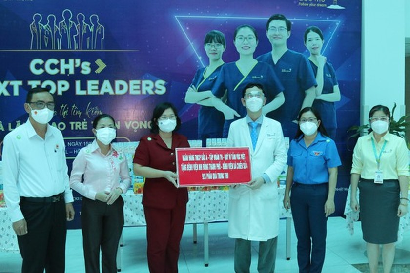 NA delegation of HCMC gives mid-autumn festival gifts to pediatric patients  ảnh 7