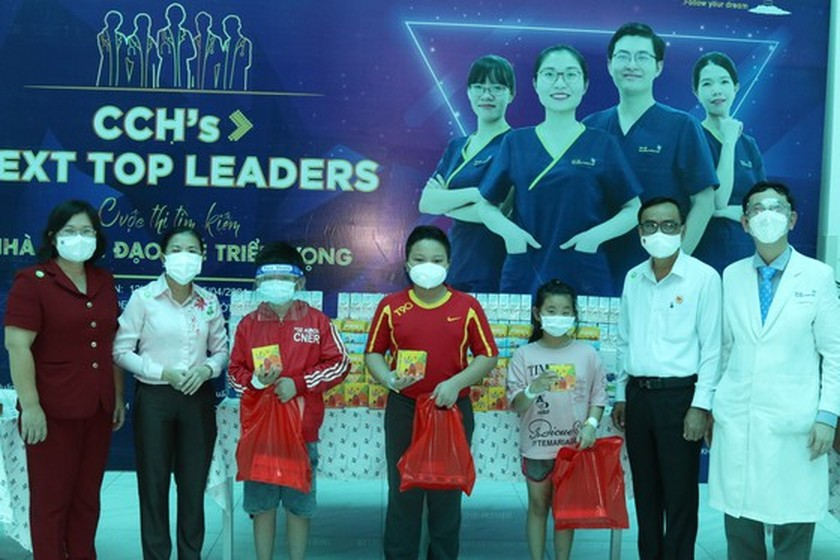 NA delegation of HCMC gives mid-autumn festival gifts to pediatric patients  ảnh 8