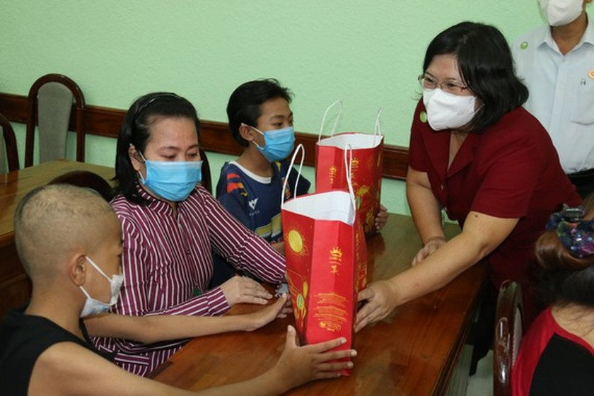 NA delegation of HCMC gives mid-autumn festival gifts to pediatric patients  ảnh 1