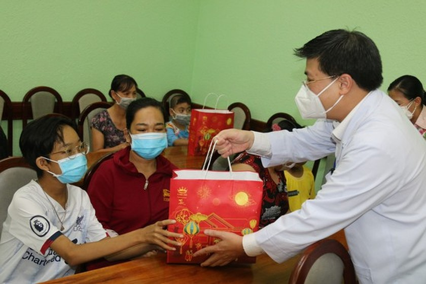 NA delegation of HCMC gives mid-autumn festival gifts to pediatric patients  ảnh 2