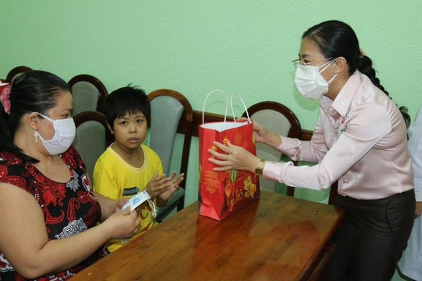 NA delegation of HCMC gives mid-autumn festival gifts to pediatric patients  ảnh 3
