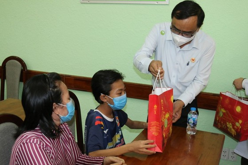 NA delegation of HCMC gives mid-autumn festival gifts to pediatric patients  ảnh 4